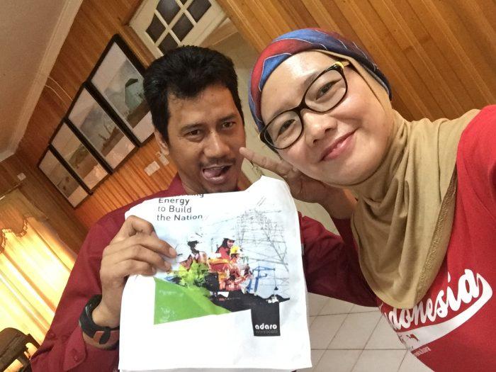 Pemberian Goodie Bag oleh bapak Idham Kurniawan