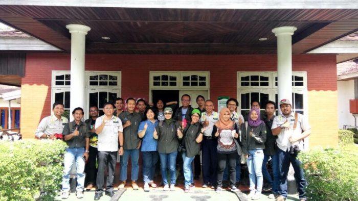Berfoto bersama usai pembekalan bai peserta Adaro Blog Camp